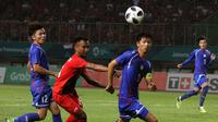 Pesepak bola Indonesia M Hargianto (tengah) diampit dua Pemain Chinese Taipei pada pertandingan Grup A Asian Games ke-18 di Stadion Patriot, Bekasi Minggu (12/8). (INASGOC/Ary Kristianto/sup)