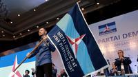 Ketum Partai Demokrat, Agus Harimurti Yudhoyono (AHY) membawa bendera Partai Demokrat usai terpilih secara aklamasi dalam Kongres V Partai Demokrat di JCC, Jakarta, Minggu (15/3/2020). AHY menggantikan Susilo Bambang Yudhoyono menjadi ketum partai. (Liputan6.com/Dok Partai Demokrat)