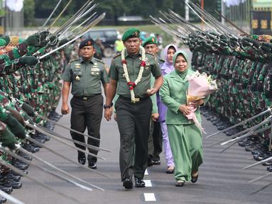 Pangdam Jaya/Jayakarta yang baru, Mayjen TNI Eko Margiyono (tengah) memasuki Markas Kodam Jaya, Jakarta, Kamis (31/1). Sebelumnya, Mayjen TNI Eko Margiyono menjabat sebagai Komandan Jenderal (Danjen) Kopassus. (Liputan6.com/Helmi Fithriansyah)