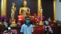 Piyan Husain (34), warga Kabupaten Gorontalo (Kabgor) ini memilih bekerja di tempat ibadah umat Budha.(Arfandi Ibrahim/Liputan6.com)