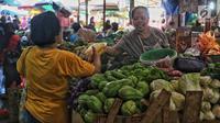 Pedagang melayani pembeli saat membeli sembako di Pasar Kebayoran Lama, Jakarta, Kamis (2/5/2019). Harga kebutuhan pokok mengalami kenaikan menjelang bulan suci Ramadan. (Liputan6.com/JohanTallo)