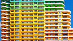 Sebuah hunian dengan warna pelangi yang bernama Sweet Poison yang diabadikan oleh seorang fotografer, Yener Torun. Torun merupakan seorang fotografer yang suka mengabadikan gambar gedung atau bangunan yang unik. (Dailymail.co.uk)