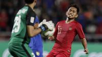 Gelandang Timnas Indonesia, Andik Vermansah, berusaha mengejar bola saat melawan Thailand pada laga Piala AFF 2018 di Stadion Rajamangala, Bangkok, Sabtu (17/11). Thailand menang 4-2 dari Indonesia. (Bola.com/M. Iqbal Ichsan)