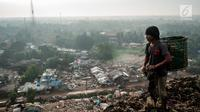 Seorang pemulung berada di atas tumpukan sampah di TPA Bantar Gebang, Kota Bekasi, Jawa Barat.  (Liputan6.com/Yoppy Renato)