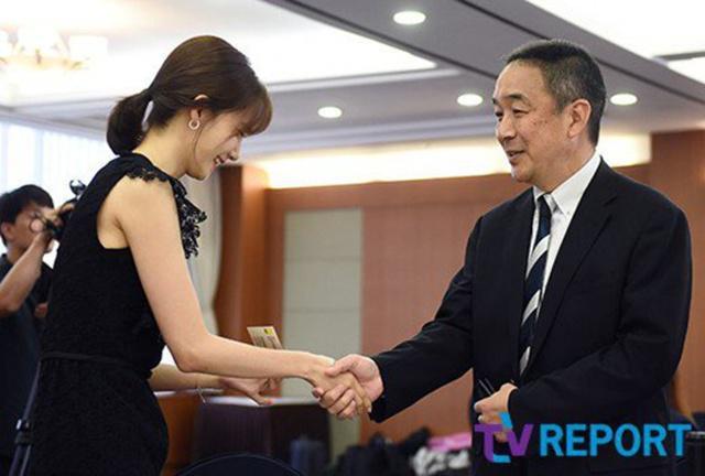 Yoona yang tampak sangat santun dengan orang yang lebih tua darinya/copyright news Pic/pit