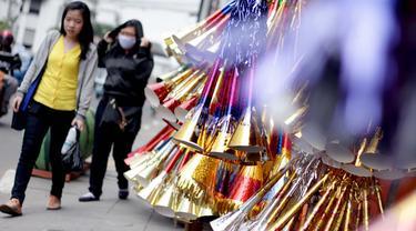 Jelang perayaan malam pergantian tahun, sejumlah pedagang terompet musiman mulai menjamur di Jakarta, (26/12/2014). (Liputan6.com/Faizal Fanani)