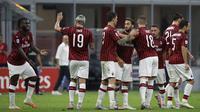 Para pemain AC Milan merayakan gol yang dicetak oleh Hakan Calhanoglu ke gawang Parma pada laga Serie A di Stadion San Siro, Rabu (15/7/2020). AC Milan menang 3-1 atas Parma. (AP Photo/Luca Bruno)