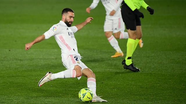 Bek Real Madrid, Dani Carvajal, melepaskan tendangan ke gawang Atletico Madrid pada laga Liga Spanyol di Stadion Alfredo di Stefano, Minggu (13/12/2020). Real Madrid menang dengan skor 2-0. (AFP/Oscar Del Pozo)