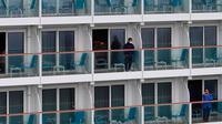 Aktivitas penumpang kapal pesiar World Dream yang berlabuh di Kai Tak Cruise Terminal, Hong Kong, Rabu (5/2/2020). Hong Kong mengarantina lebih dari 1.800 orang di atas kapal pesiar yang berpaling dari pelabuhan Taiwan tersebut terkait wabah virus corona. (AP Photo/ Vincent Yu)