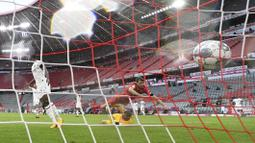 Pemain Bayern Munchen, Thomas Muller, mencetak gol ke gawang Eintracht Frankfurt pada laga Bundesliga di Allianz Arena, Minggu (24/5/2020). Bayern Munchen menang 5-2 atas Eintracht Frankfurt. (AP/Andreas Gebert)