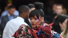 Penyanyi Rihanna kembali menarik perhatian dengan gaya busananya pada acara penggalangan dana Met Gala 2017 di Metropolitan Museum of Art, New York, Senin (1/5). Kali ini, penyanyi asal Barbados tersebut tampil nyentrik dengan gaun 3D. (ANGELA WEISS/AFP)