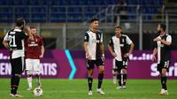 Pemain Juventus tampak kecewa usai timnya kalah saat menghadapi AC Milan pada laga lanjutan Serie A di San Siro, Rabu (8/7/2020) dini hari WIB. Juventus kalah 2-4 atas AC Milan. (AFP/Miguel Medina)