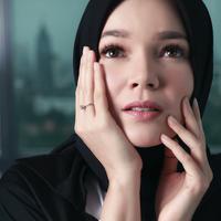 Dalam sujud dan doa, Dewi Sandra berusaha untuk menjalani hidup lebih baik lagi.  (Foto: Adrian Putra, Stylist: Indah Wulansari, DI: Muhammad Iqbal Nurfajri/Bintang.com)