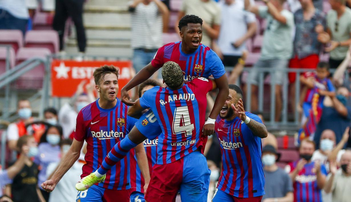 Penyerang Barcelona, Ansu Fati berselebrasi dengan rekan setimnya usai mencetak gol ke gawang Levante pada pertandingan lanjutan La Liga Spanyol di Levante di stadion Camp Nou, Spanyol, Minggu (26/9/2021). Barcelona menang telak atas Levante 3-0. (AP Photo/Joan Monfort)