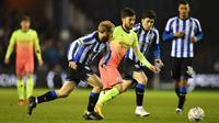 Gelandang Manchester City, David Silva, berusaha melewati pemain Sheffield Wednesday pada laga babak kelima Piala FA di Hillsborough Stadium, Rabu (4/3) malam waktu setempat. Manchester City menang 1-0 atas Sheffield. (AFP/Paul Ellis)