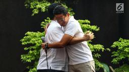 Inspiring Leader Sandiaga Uno (kanan) berpelukan dengan Erick Thohir menghadiri acara Young Penting Indonesia di Jakarta, Sabtu (13/7/2019). Young Penting Indonesia memberi wejangan persatuan dan kesatuan, khususnya kepada milenial. (Liputan6.com/JohanTallo)