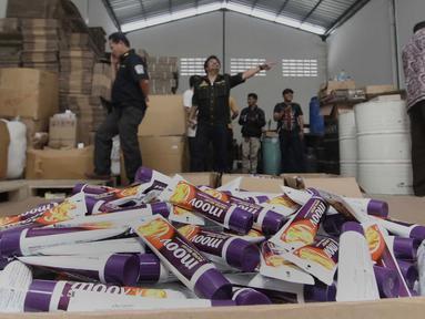Barang bukti obat palsu yang diperlihatkan petugas di pergudangan Surya Balaraja, Tangerang, Kamis (26/11). Dari penggeledahan di sita obat berbahaya yang  juga di ekspor, dengan jenis Moov Rapid Relief yang mengandung borak. (Liputan6.com/Angga Yuniar)