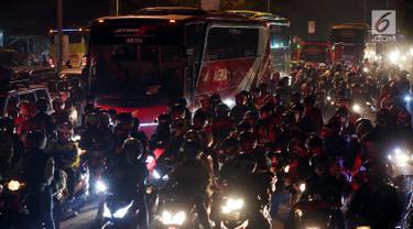 Pemudik motor memadati jalan raya Cirebon Pantura menuju Jawa Tengah, Jogjakarta dan Jawa Timur, Jumat (24/6). Mereka memilih mudik di malam hari untuk menghindari cuaca panas dan berdebu. (Liputan6/JohanTallo)
