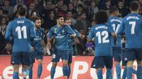 Para pemain Real Madrid merayakan gol ke gawang Real Betis pada laga La Liga di Stadion Benito Villamarin, Sevilla, Minggu (18/2/2018). (AFP/Cristina Quicler)