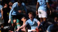 Gelandang Manchester City, Kevin De Bruyne mengalami cedera saat timnya bersua Tottenham Hotspur, Sabtu (20/4/2019). (AFP/Oli Scarff)