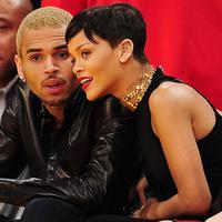 Selain itu, dari pihak Chris Brown sendiri pun masih memiliki rasa cinta pada Rihanna. Tak heran kalau ia masih terus berusaha kembali dengan berbagai hal, salah satunya mengomentari unggahan Rihanna di Instagram. (AFP/Robyn Beck)