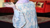 Nycta Gina memutuskan berhijab pada Ramadan 2016 lalu. Lewat akun Instagramnya, ia sempat mengumumkan jika dirinya telah berhijab. Keputusan tersebut mendapat dukungan dari suaminya, Rizky Kinos. (Deki Prayoga/Bintang.com)