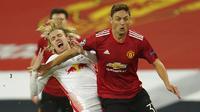 Gelandang Manchester United, Nemanja Matic, berebut bola dengan pemain RB Leipzig, Emil Forsberg, pada laga Liga Champions di Stadion Old Trafford, Kamis (29/10/2020). MU menang dengan skor 5-0. (AP/Dave Thompson)