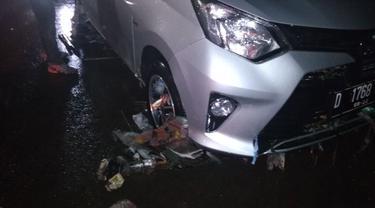 Sebuah mobil dievakusi setelah terjebak banjir di Jalan Pasteur, Bandung. (Dok. Diskar PB Kota Bandung)