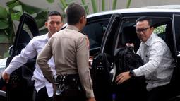 Menpora Imam Nahrawi, turun dari mobil saat tiba di Gedung KPK, Jakarta, Kamis (24/1). Dirinya diperiksa sebagai saksi untuk tersangka Sekjen KONI, Ending Hamidy, terkait suap dana hibah dari Kemenpora ke KONI. (Merdeka.com/Dwi Narwoko)