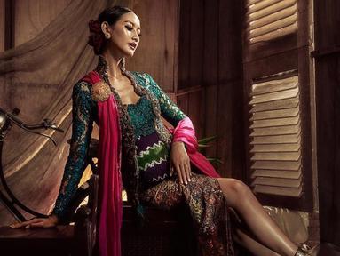 Pemilik nama lengkap Raden Roro Ayu Maulida Putri ini merupakan wakil dari Jawa Timur yang dinobatkan sebagai Puteri Indonesia 2020. Sebagai seorang model, ia selalu tampil memukau. Kali ini Ayu Maulida mengenakan kebaya modern berwarna hijau, ia tampak makin anggun. (Liputan6.com/IG/@ayumaulida97)