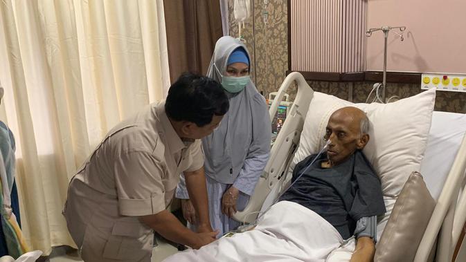 Prabowo membesuk mantan KSAD George Toisutta yang terbaring di RSPAD setelah menderita kanker usus. (/Delvira Chaerani Hutabarat)