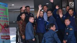 Ketua Bidang Hukum, Advokasi, dan HAM Partai Nasdem Taufik Basari (tengah belakang) bersama sejumlah kader Nasdem bersiap melaporkan Rizal Ramli ke Sentra Pelayanan Kepolisian Terpadu Polda Metro Jaya, Senin (17/9).(Liputan6.com/Helmi Fithriansyah)
