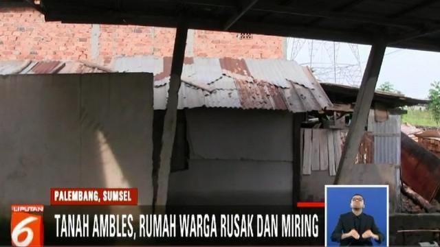 Tidak hanya tanah ambles, banjir akibat Sungai Musi meluap juga merendam rumah warga.