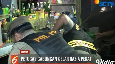 Selain mengamankan puluhan botol miras, petugas juga mengamankan sebanyak tiga orang pak ogah yang diduga kerap meminta uang secara paksa kepada pengendara.