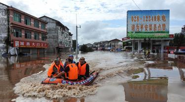 Evakuasi Ribuan Warga Akibat Banjir di China