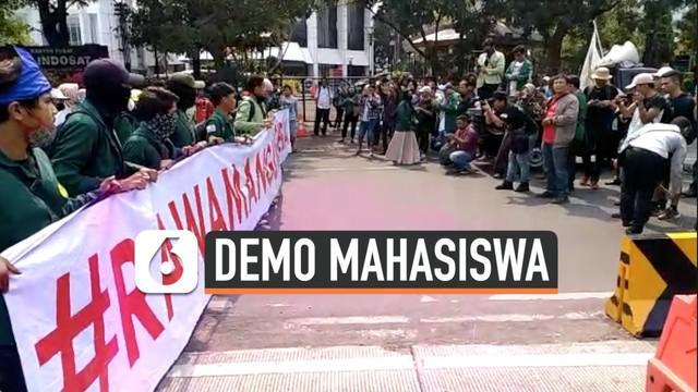 Puluhan mahasiswa mulai menggelar di depan Istana Merdeka. Mereka menuntut adanya dialog dengan Presiden Jokowi terkait penerbitan Perppu KPK.