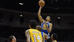 Aksi pemain Warriors Shaun Livingston melewati hadangan para pemain LA Lakers pada laga NBA preseason di Valley View Casino Center, San Dieg, Kamis (20/10/2016). (Reuters/Jake Roth-USA TODAY Sports)