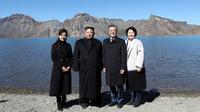 Presiden Korea Selatan Moon Jae-in (dua kanan) dan sang istri Kim Jung-sook (kanan) foto bersama Pemimpin Korea Utara Kim Jong-un (dua kiri) dan sang istri Ri Sol Ju (kiri) di Gunung Paektu, Korea Utara, Kamis (20/9). (Pyongyang Press Corps Pool via AP)