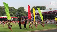 Ratusan Penari menyuguhkan pementasan tarian kuda lumping selama HUT ke-74 RI di Istana Merdeka, Jakarta, Sabtu (17/8/2019). Kuda lumping juga disebut jaran kepang atau jathilan adalah tarian tradisional Jawa yang menampilkan sekelompok prajurit tengah menunggang kuda. (Liputan6.com/Lizsa)