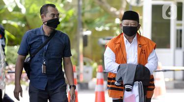 Bupati nonaktif Sidoarjo Saiful Ilah (kanan) tiba di Gedung KPK, Jakarta, Selasa (7/4/2020). Saiful Ilah akan menjalani pemeriksaan lanjutan sebagai tersangka untuk melengkapi berkas terkait dugaan menerima suap proyek infrastruktur di Dinas PUPR Kabupaten Sidoarjo. (merdeka.com/Dwi Narwoko)