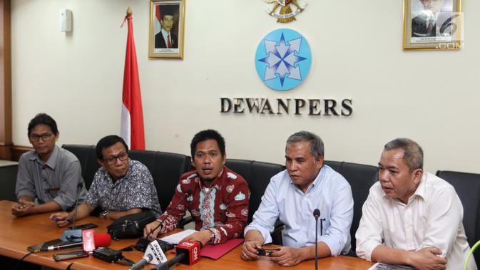 Mantan Komandan Tim Mawar Mayjen Purnawirawan Chairawan (dua kanan) ditemani tim kuasa hukumnya memberi keterangan pers di Jakarta, Selasa (11/6/2019). Chairawan mengadukan pemberitaan Majalah Tempo terkait kerusuhan 21-22 Mei 2019 yang mengaitkannya dengan Tim Mawar. (/JohanTallo)