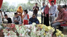 Putra pertama Presiden ke-3 RI BJ Habibie, Ilham Akbar Habibie (kanan) saat berziarah ke makam kedua orangtuanya di TMP Kalibata, Jakarta, Minggu (15/9/2019). Ilham memanjatkan doa bersama warga yang turut datang berziarah. (merdeka.com/Iqbal Nugroho)