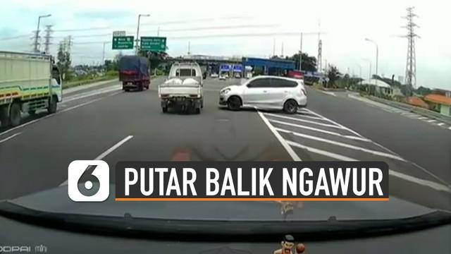 Terekam kamera dashcam mobil. Sebuah mobil putar balik di jalan tol.
