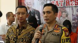 Kapolres Jakarta Selatan Kombes Indra Jafar memberi keterangan terkait kasus bentrok suporter Persija Jakarta dengan PSM Makassar saat rilis di Polres Jakarta Selatan, Jumat (9/8/2019). Bentrokan terjadi di Kafe Komandan yang terletak di kawasan Tebet. (Liputan6.com/Faizal Fanani)