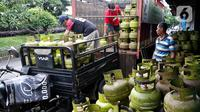 Pekerja saat melakukan penurunan elpiji 3 kilogram di Jakarta, Kamis (5/3/2020). Pemerintah melalui Kementerian Energi dan Sumber Daya Mineral (ESDM) menegaskan tidak akan mencabut subsidi elpiji 3 kilogram. (Liputan6.com/Johan Tallo)