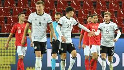 Pemain Jerman merayakan gol yang dicetak Timo Werner ke gawang Swiss pada laga lanjutan UEFA Nations League 2020/2021 di RheinEnergie Stadion, Rabu (14/10/2020). Jerman bermain imbang 3-3 atas Swiss. (AFP/Ina Fassbender)