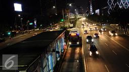 Sejumlah kendaraan melintas di Jalan MH Thamrin, Jakarta, Sabtu (31/12). Pemprov DKI Jakarta memutuskan meniadakan malam bebas kendaraan pada malam pergantian tahun 2016-2017 karena alasan keamanan. (Liputan6.com/Helmi Fithriansyah)