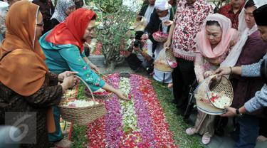 Istri mendiang Gus Dur, Sinta Nuriyah dan anaknya, Yenni Wahid menaburkan bunga di makam Gus Dur di komplek pesantren Tebuireng, Jombang, Jatim, Selasa (4/8/2015). Ziarah tersebut bertepatan dengan hari lahir Gus Dur. (Liputan6.com/Johan Tallo)