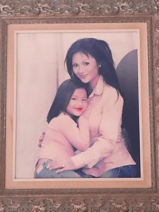 Krisdayanti mengunggah sebuah foto jadul bersama sang putri, Aurel Hermansyah. Dalam foto tersebut, Aurel tampil cantik dengan rambut lurus dan lipstik tebal. (Foto: Instagram/@krisdayantilemos)
