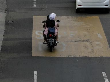 Pengendara motor melintas di Jalan MH. Thamrin, Jakarta, Minggu (4/2). Mulai 5 Februari 2018 petugas akan melakukan tilang jika pemotor tidak melintasi jalur khusus yang berada disebelah kiri jalan. (Liputan6.com/Faizal Fanani)